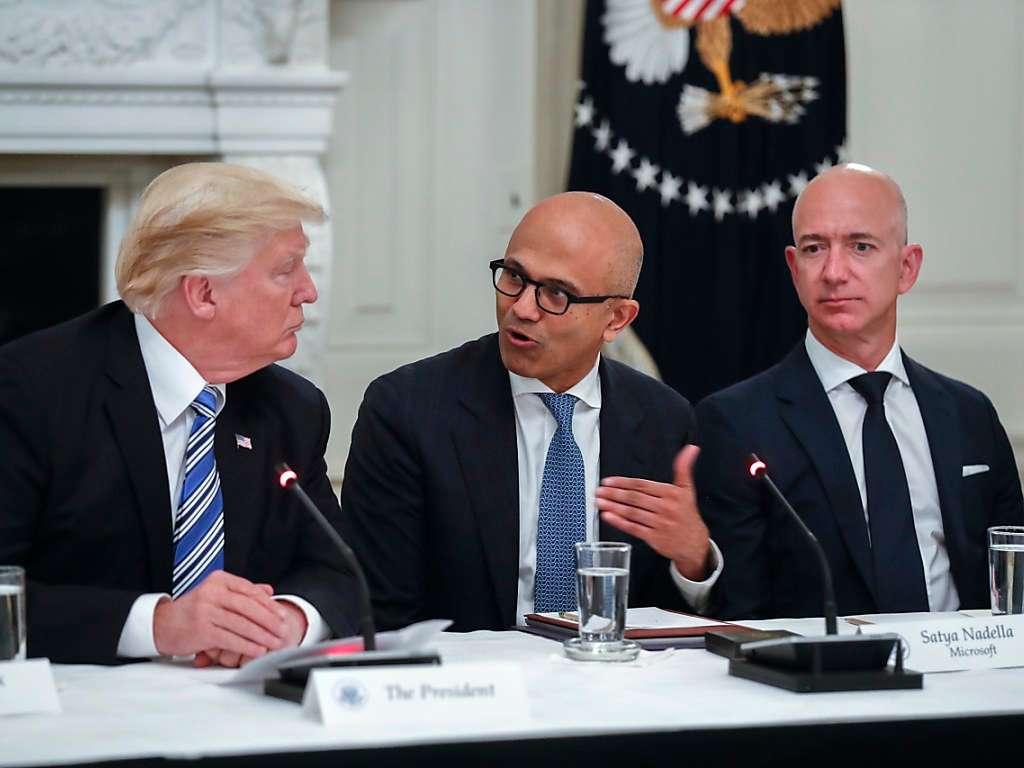 Limbajul nonverbal în politică  – Președintele Americii Donald Trump, CEO Microsoft Satya Nadella și CEO Amazon Jeff Bezos